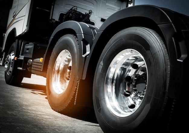 Грузовые перевозки, крупный план грузовые колеса полу грузовика.