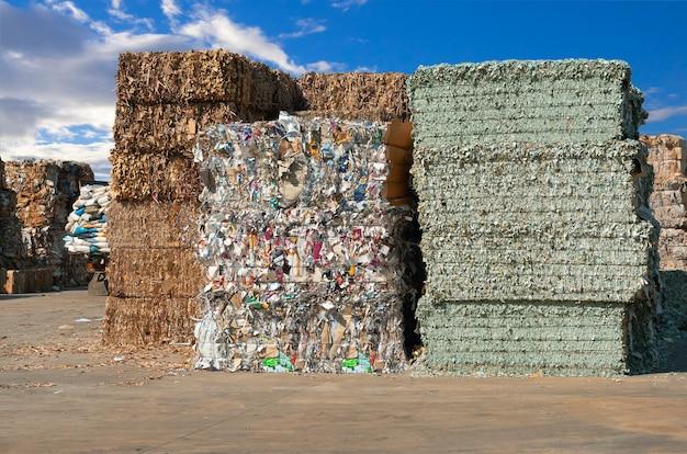 リサイクル工場で細断処理する前の紙くずのスタック