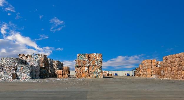 リサイクル工場で細断処理する前の紙くずのスタック。