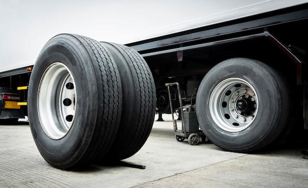変更を待っているトラックの車輪