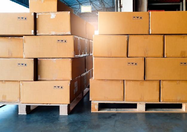 木製パレット上の段ボール箱のスタック。貨物の輸出、出荷、出荷倉庫。