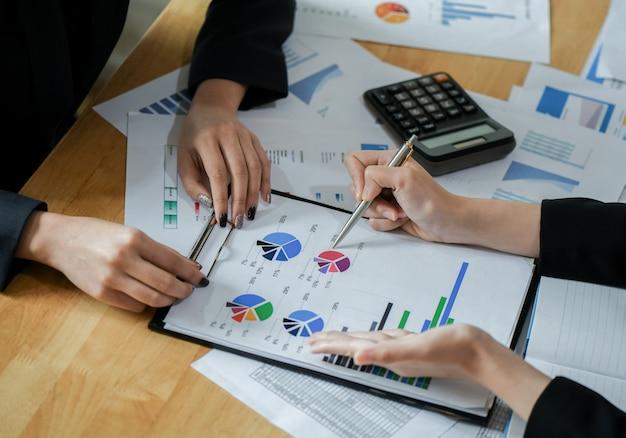 Женский бухгалтер команда анализирует данные, чтобы представить клиенту.