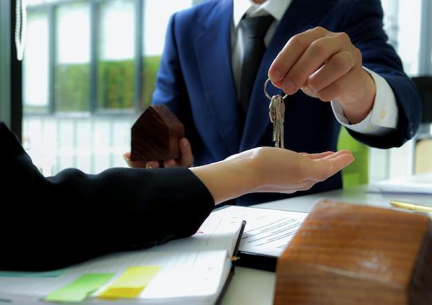 住宅販売ブローカーは販売を終了し、顧客にキーを送ります。