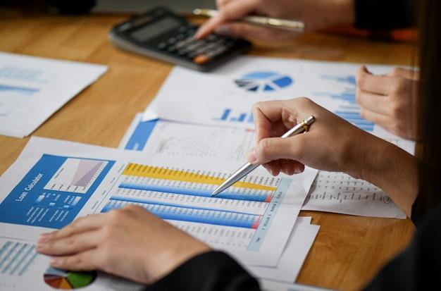 Начните бизнес-концепции, новые сотрудники офиса анализируют данные из графиков.