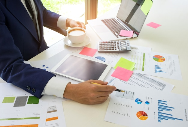 Концепция делового человека анализирует данные в интернете с помощью интернета