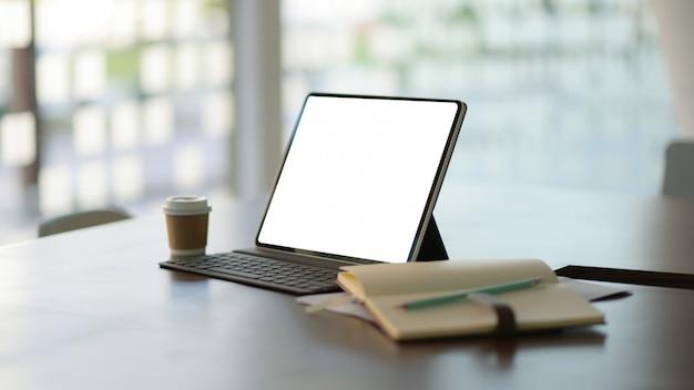Рабочее место с ноутбуком, канцелярскими товарами и кофе.