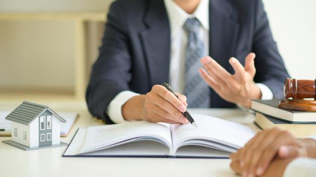 弁護士は、クライアントに不動産法について助言しています。