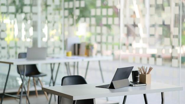 現代のタブレットとオフィス用品を備えた現代的な職場。