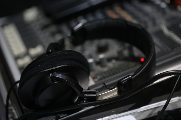 サウンドミキサーボードとヘッドフォン