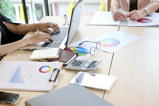 ノートパソコンの画面と木製のテーブル、物事のインターネット上のノートパソコンを入力する男を指している女性