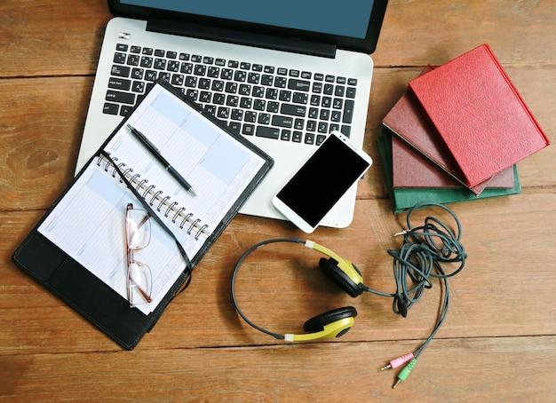 木製のテーブルの上のラップトップ電話帳