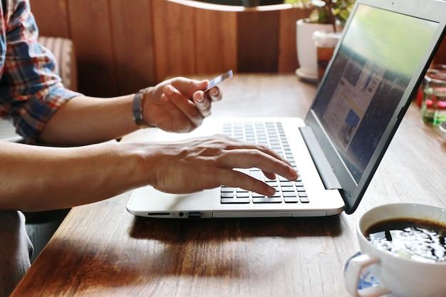 画面に触れる女性と木製のテーブルにノートパソコンを入力する男
