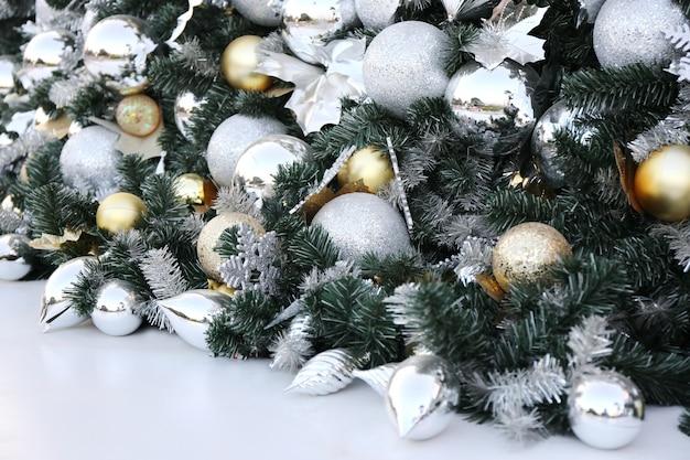 緑の松の木新年パーティーの背景にクリスマスボールがハングします。