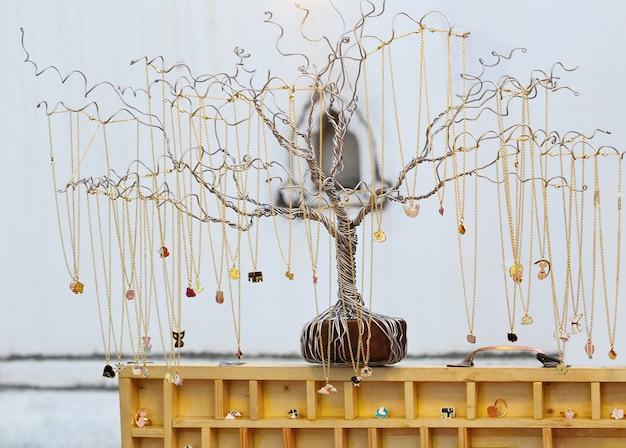 金のネックレス、木