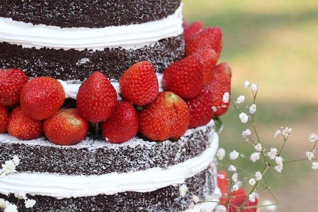 屋外のチョコレートケーキ、ウェディングケーキのイチゴ