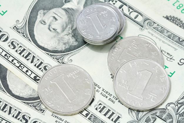 Юань монеты на долларовой купюре