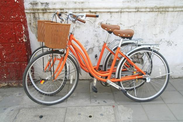 壁の近くのオレンジ色の自転車公園