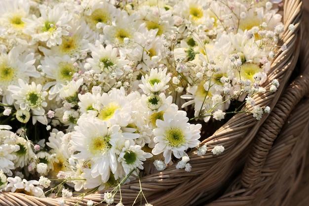 バスケットの白い花