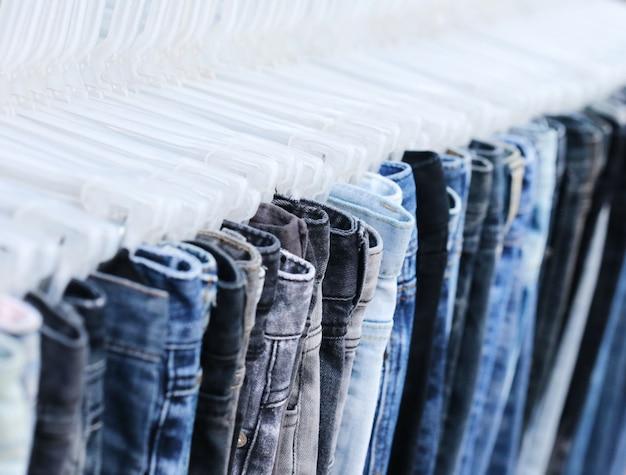 Синие джинсы в магазине