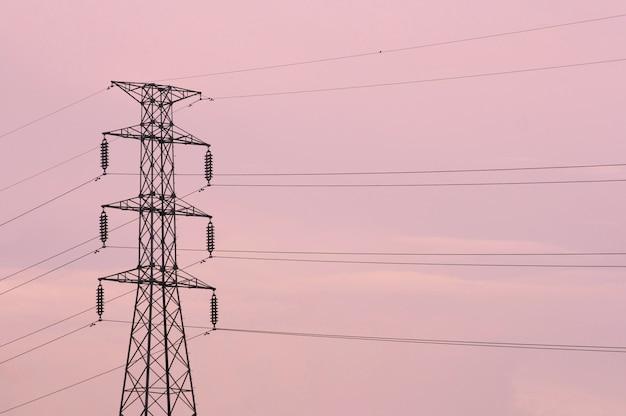 ピンクの空、夕日と電気の鉄塔