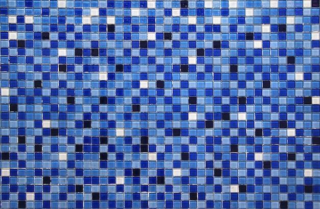 青い小さなカラフルなタイルの背景