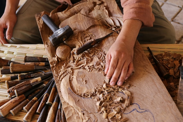 木製の彫刻刀大工道具作業木製テーブル