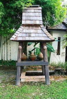 歓迎のゲスト、チェンマイの伝統的なタイの家の門で粘土の鍋