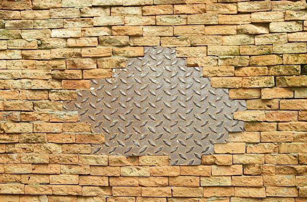 レンガの壁に金属材料