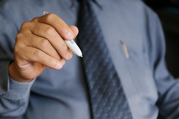 ビジネス、技術、インターネットのコンセプト-アジア系のビジネスマンは利用規約のテキストを書いています