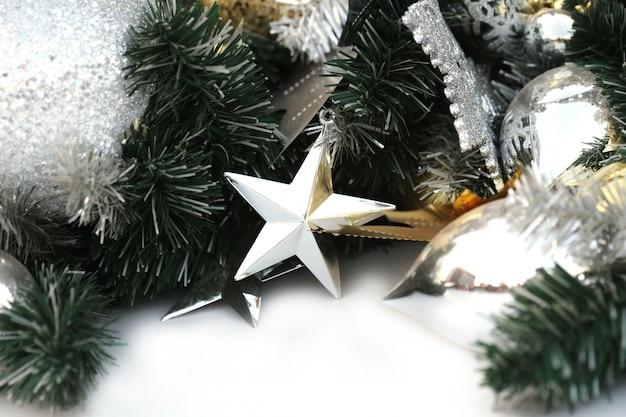 緑の松の木にゴールドカラーのクリスマスボールを掛ける