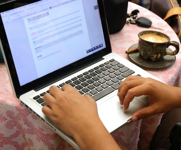 テーブルの上のノートパソコン