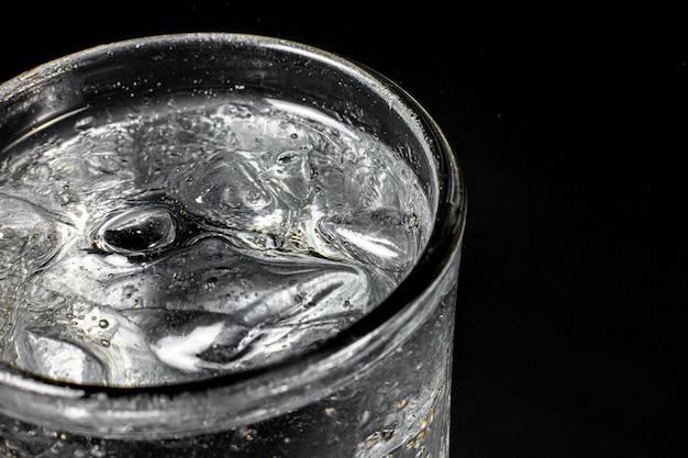 Газированная газированная вода освежающая газированная газированная вода с кубиками льда. холодный безалкогольный напиток газированный жидкий свежий и прохладный ледяной напиток в стаканах. освежающий и утолить жажду концепции.