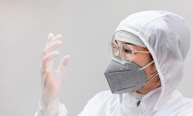 試験管を持った医師陽性ウイルス。研究室でのウイルスの研究。生物学的保護の流行性ウイルスの発生の概念の科学者
