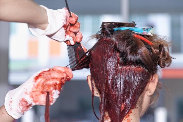 Парикмахерская краска для волос красная в салоне красоты