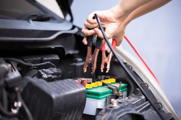 電気トラフジャンパーケーブルで車のバッテリーを充電する