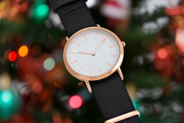 クリスマスの時間にブラックナイロンストラップの腕時計