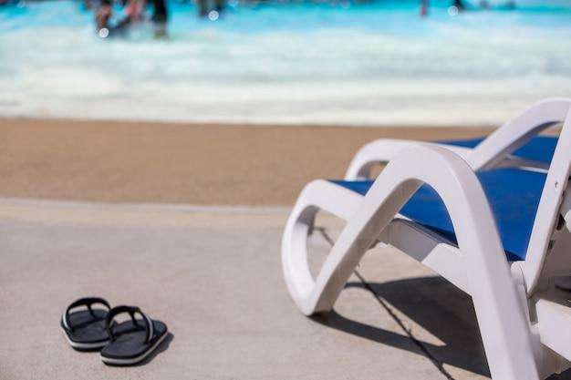 ウォーターパークのプールでビーチチェアまたはサンデッキ