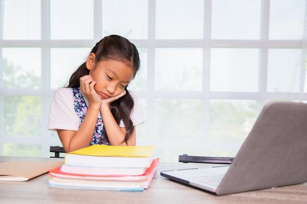小学生の女の子は勉強の退屈を感じます