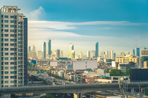 Голубое небо и облако с видом на центр города в бангкоке, таиланд