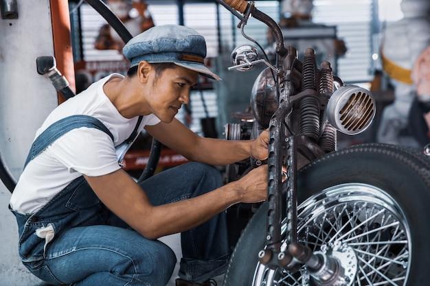 ワークショップで機械技術者修理バイク