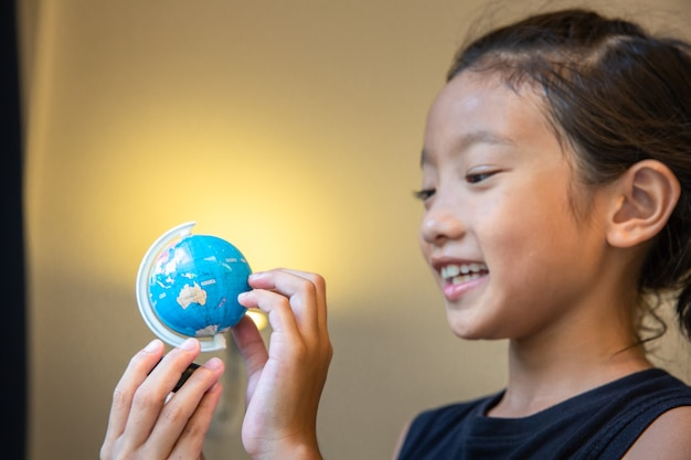 少女、見る、地球、モデル、国、教育、旅、コンセプト
