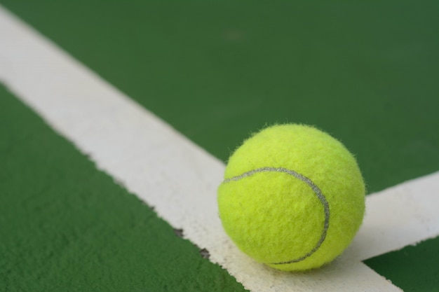 テニスコートでのテニスボール