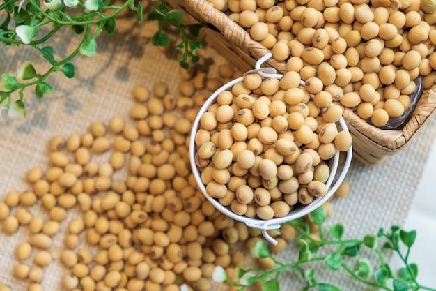 ホワイトバケツの大豆と荒布の茶色の箱。健康的な食べ物をきれいに食べる。