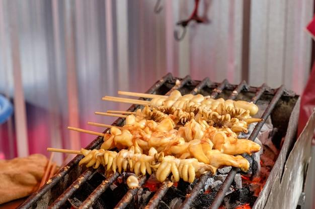 タイのストリートフードマーケットで焼きたてのスティックスチールストーブ