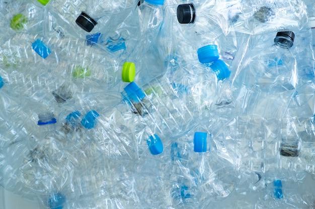 リサイクルのための多くのプラスチック製のボトルの背景。環境概念を保護する