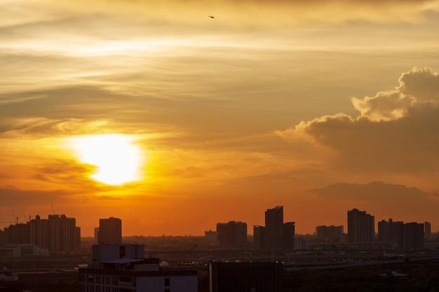 Закат в городе бангкок со зданием