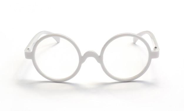 下に反射がある白いメガネ