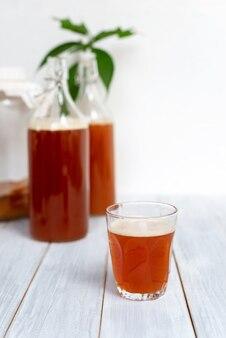 発酵飲料、コンブチャ茶の健康的な自然のプロバイオティックドリンク