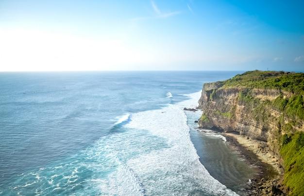 バリの崖と海の眺め