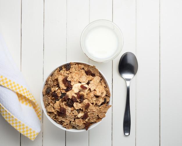 白のシリアルの朝食用ボウル